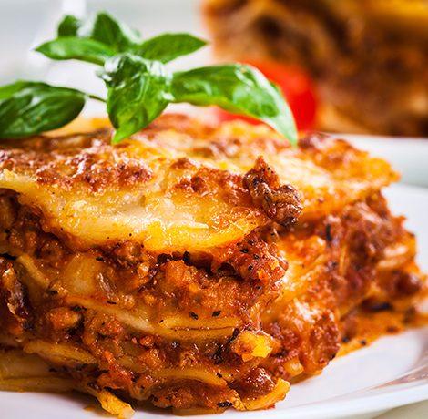 Lasaña fría con pimientos, queso y piñones