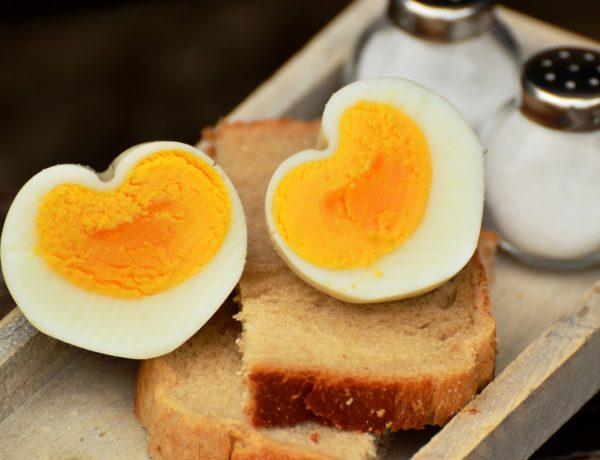 Huevos rellenos de atún, mayonesa y piñones. Receta de Navidad
