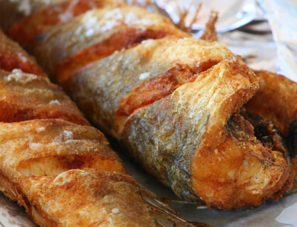 Filetes de merluza en salsa de guisantes con pasas y piñones