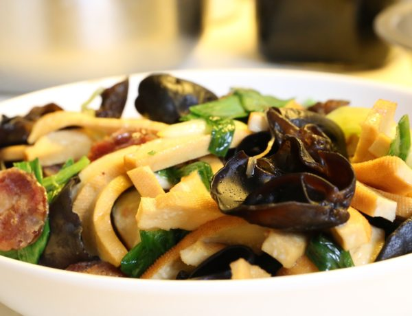 Salteado de verduras con tofu, almendras, piñones y Tamari