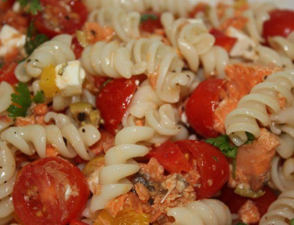 Ensalada de pasta con tomate, mango, arándanos deshidratados y frutos secos