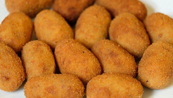 Croquetas de queso de cabra con nueces y arándanos
