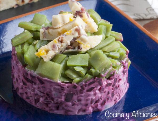 Timbal de ensalada de remolacha , judías verdes y queso de frutas pasas