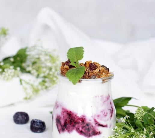 Mousse de yogurt con arándanos y granola