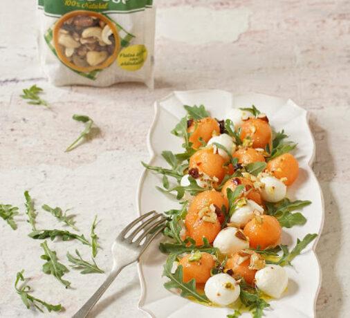 Ensalada de melón y queso mozarella con frutos secos