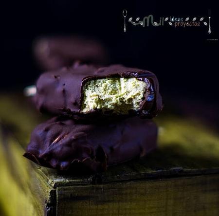 Helado con chocolate con almendra y crema